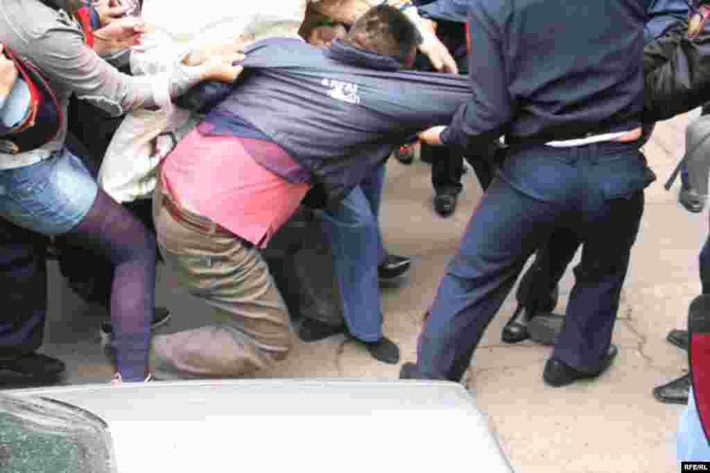 Полиция производит арест активиста оппозиционной партии «Алга» Бозжана Куракбаева после собрания, приуроченного к Первомаю. Алматы, 1 мая 2010 года.