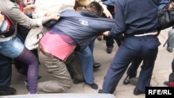 Полиция производит арест активиста оппозиционной партии «Алга» после собрания, приуроченного к Первомаю. Алматы, 1 мая 2010 года.