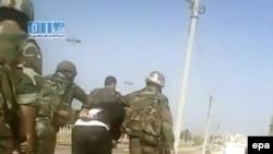 Солдатлар Һомс шәһәрендә активистны тоткарлый