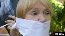 Тамара Калеева Алматыда басма сөзгө эркиндикти талап кылган митингде, 24-июнь, 2009