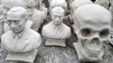 Гипсовые бюсты президента России Владимира Путина и череп на уличном рынке в Курске. 17 марта 2019 года.