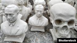 Гіпсові бюсти президента Росії Володимира Путіна і череп на вуличному ринку в російському Курську