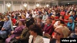 Бөтендөнья татар хатын-кызлары корылтаенда катнашучылар милли киемнәрдә. 27 апрель 2016