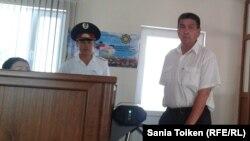 Құбайдолла Шолақов арыз жазуға қалалық прокуратураға келді. Атырау, 9 шілде 2013 жыл.