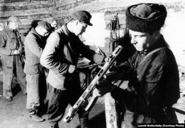 Яўрэйскія партызаны. У шапцы-кубанцы - Якаў Менкін, лета 1943
