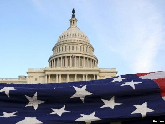 Američka zastava ispred Kapitola tokom ceremonije Zastave čiji je domaćin 'Pokret čajanka' u Vašingtonu, 2. novembar 2010.