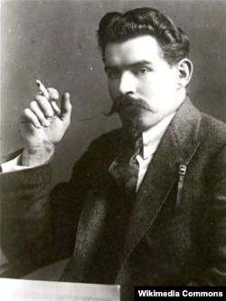 Олександр Шумський (1890–1946) – український радянський державний і політичний діяч. Був одним з головних ідеологів і провідником українізації 1920–1930-х років. Жертва сталінських репресій