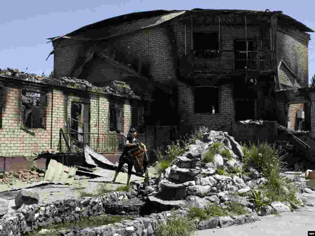 Джалал-Абад. Сожженый во время майских событий родительский дом Бакиевых, 2010.