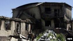 Девочка играет на территории сожженного дома клана Бакиевых. Село Теит, 15 мая 2010 года.
