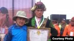 Женисбек Серикулы (с дипломом победителя соревнований)