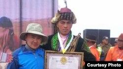 Женисбек Серикулы (справа) после церемонии награждения победителей первенства по укрощению лошадей в Монголии.