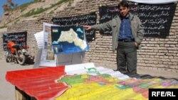فتى كردي يحمل خارطة لكردستان