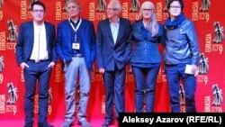 Жюри кинофестиваля (слева направо): Брильянте Мендоса, Дэвид Харальд Францони, Филипп Жалладо, Джейн Кэмпион, Эмир Байгазин. Алматы, 16 сентября 2013 года.