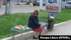 Пожилая женщина на улице Тирасполя.
