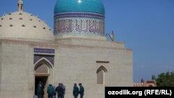 Сотрудники узбекской милиции возле мавзолея Бахауддина Накшбанда в Бухаре.