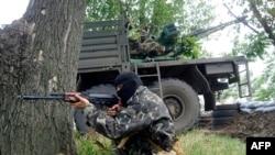 Пророссийские сепаратисты у КПП города Славянска. 3 июня 2014 года.