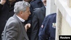 Арестованный 23 февраля 2010 года генерал в отставке Озер Карабулут у входа в здание суда, Истанбул
