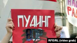 """Плакат на """"монстрации"""" в Москве 1 мая 2018. От девушки потребовали замазать слово """"вор"""""""