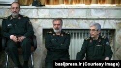 مسعود جزایری (نشسته روی صندلی) سخنگوی نیروهای مسلح جمهوری اسلامی ایران است.