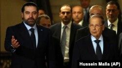 میشل عون رئیسجمهور لبنان (راست) در کنار سعد حریری نخستوزیر این کشور که روز شنبه از سمت خود استعفا داده است.