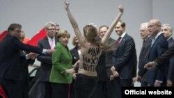 Активистка Femen выражает свой протест в ходе встречи Путина и Меркель. Ганновер, 8 апреля 2013 года.