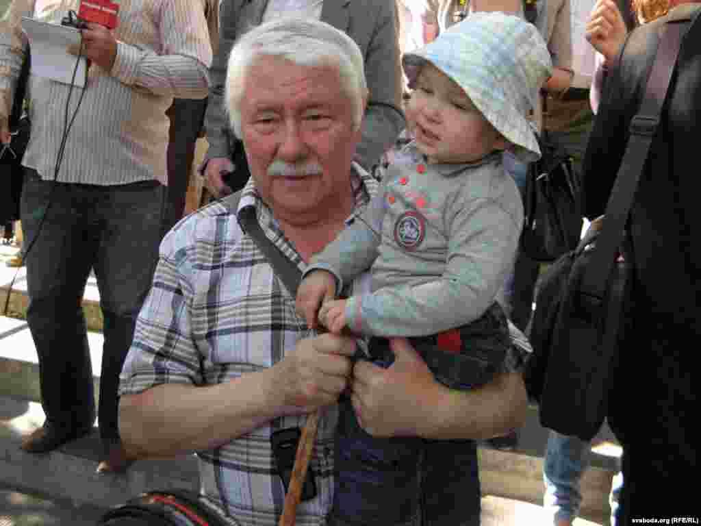 Бацька журналіста Станіслаў Пачобут з унукам Яраславам