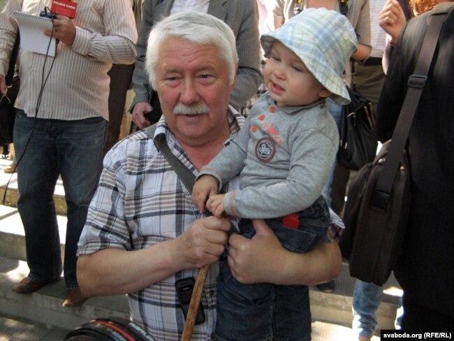 Станіслаў Пачобут, бацька Анджэя, зь ягоным малодшым сынам Яраславам перад судом, 2011 год