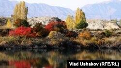 Кыргызстан. Ысык-Көлдүн күзгү көрүнүшү.