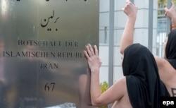 Акция группы FEMEN у посольства Ирана в Берлине в знак протеста против смертных казней. 24 октября
