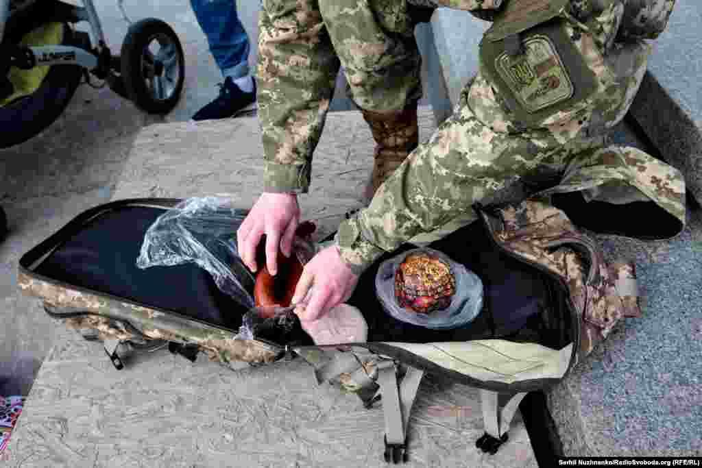Военный разворачивает кулич к освящению