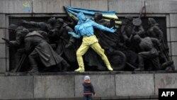 Un momenunt al armatei sovietice la Sofia pictat în culorile Ucrainei