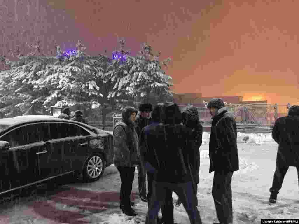 """""""Манас"""" аэропортунун жанында чогулган Өмүрбек Текебаевдин тарапкерлери."""