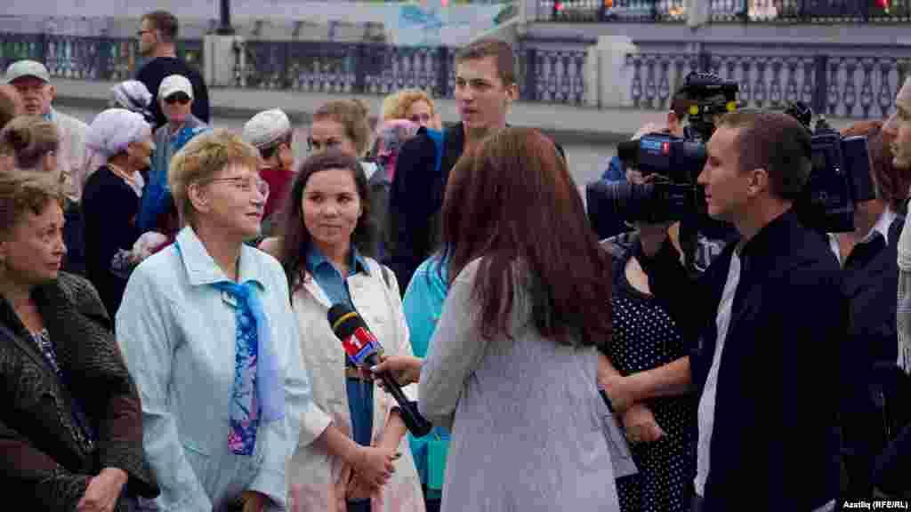 Артистлар кызыл келәмнән үтәр алдыннан телеканаллар халыктан интервью ала