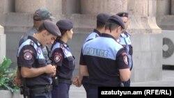 Ոստիկանության «Հրեշտակների գունդ»-ը կառավարության շենքի մոտ ցույցերից մեկի ժամանակ, արխիվ