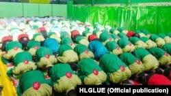 نماز خواندن در کارخانه چسب هل «اجباری» بوده و «فرد متخلف مشمول جریمه ۱۲۰ هزار تومانی یا اخراج» میشود.