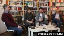 """Круглы стол """"Зразумець Украіну"""". На фота (зьлева направа): Ігар Бабкоў, Юлія Чарняўская, Андрэй Хадановіч і Ўладзімер Мацкевіч"""