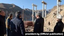 Алмазбек Атамбаев жаңы салынып жаткан түндүк-түштүк жолу менен таанышууда. 21-ноябрь, 2017-жыл