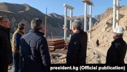 Алмазбек Атамбаев знакомится с ходом строительства трассы Север – Юг. 21 ноября 2017 года.