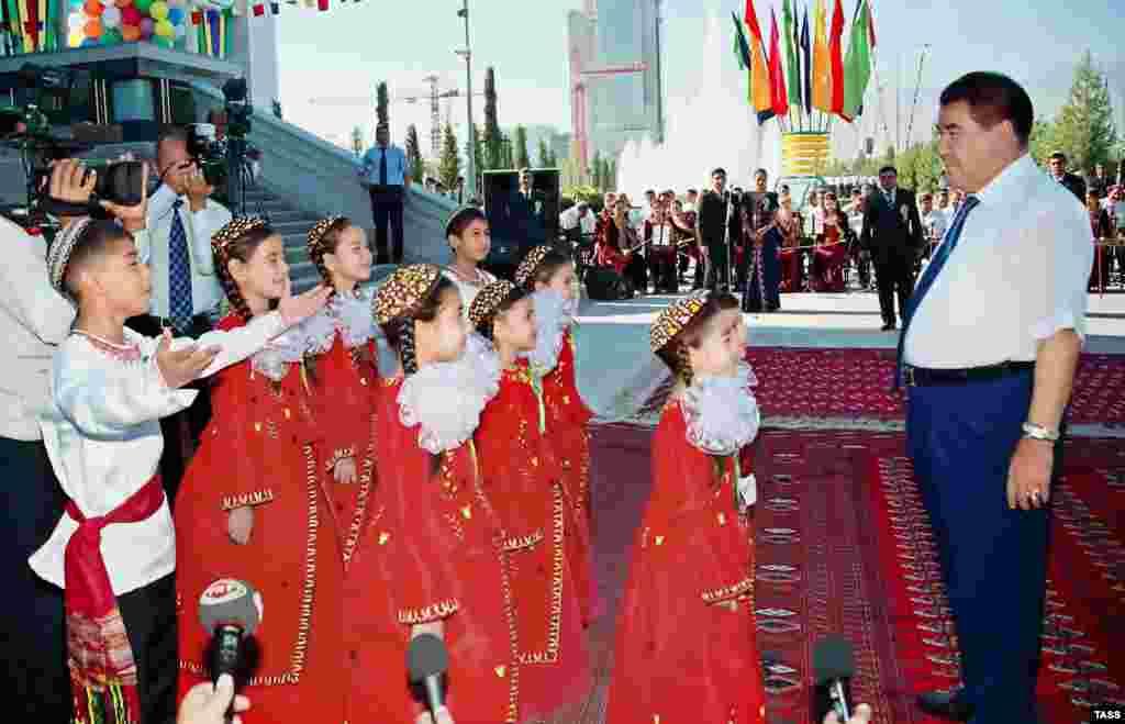 Orta Asiyada ən böyük sərgi kompleksinin açılışı zamanı uşaqlar Saparmurad Niyazovu salamlayırlar, Aşqabad, 12 sentyabr 2005