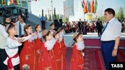Туркменбаши не препятствует проявлению верноподданнических чувств