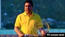 Türkmenistanyň prezidenti Gurbanguly Berdimuhamedow tennis meýdançasynda, Türkmenbaşy şäheri, 2010-njy ýyl.