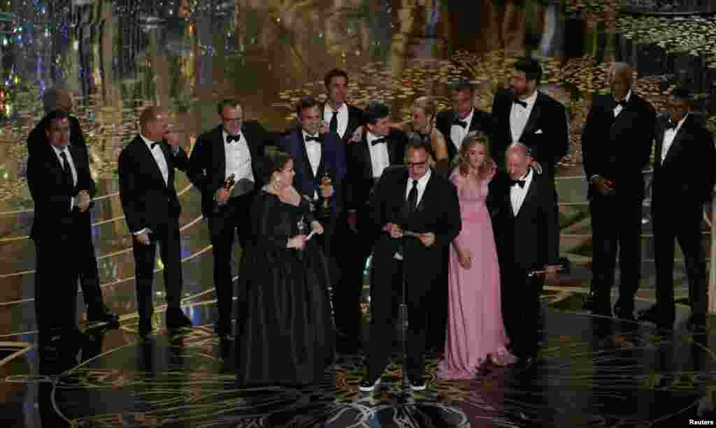 Кращим фільмом року визнана кінострічка «У центрі уваги». Із подякою виступив продюсер Майкл Шугар. Разом із ним золоті статуетки отримали й інші продюсери фільму – Стів Голін, Ніколь Роклін і Блай Пагон Фаус