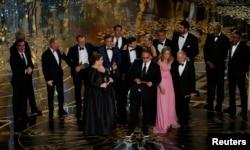 تهیهکنندگان فیلم هنگام دریافت اسکار در مراسم امسال