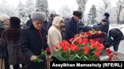 Возложение цветов к памятнику Динмухамеду Кунаеву. Алматы, 12 января 2019 года.