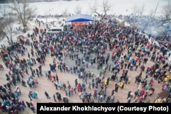 Люди в городском парке культуры и отдыха во время одного из городских праздников. Уральск, 13 марта 2016 года.
