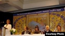 مسائلی چون زبان و ادبيات فارسی، حقوق زنان، شاهنامه فردوسی، مهاجرت وهويت ايرانی در همايش چهار روزه تورنتو مورد بررسی قرار گرفتند.(عکس:( RFE/RL)