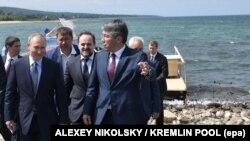 Глава республики Бурятия Алексей Цыденов (справа) на встрече с президентом России (архивное фото)