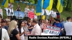 Активист «Мій.Дім.UA» Юля Дрюк-Ильяшенко перед переселенцами