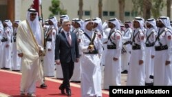 Qatar - The Emir of Qatar, Sheikh Tamim Bin Hamad Al Thani, and Armenian President Serzh Sarkisian inspect a Qatari honor guard at a welcoming ceremony in Doha, 15May2017.