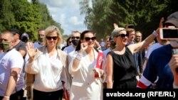 Сьвятлана Ціханоўская (у цэнтры), Вераніка Цапкала (зьлева) і Марыя Калесьнікава падчас мітынгу ў Горадні 1 жніўня
